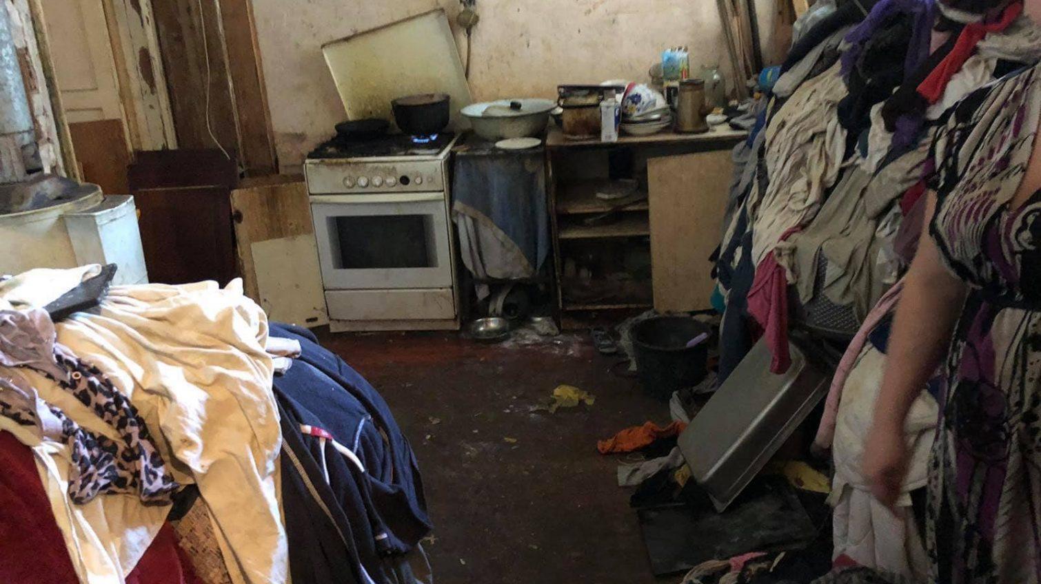 «Голодные и голые»: в центре Одессы троих детей забрали из семьи (фото) «фото»