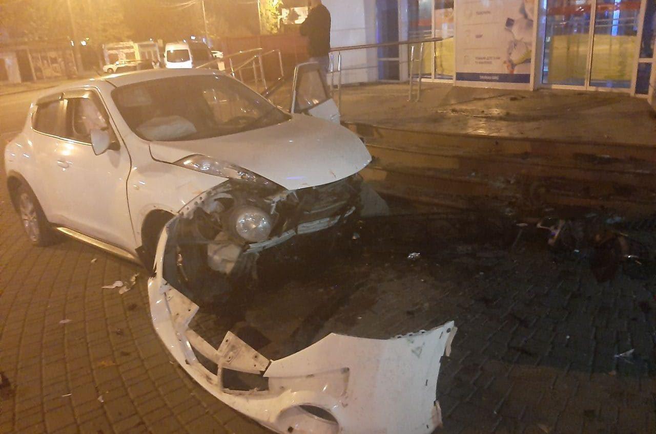 Ночью на Таирова кроссовер влетел в супермаркет: есть пострадавшая (фото) «фото»
