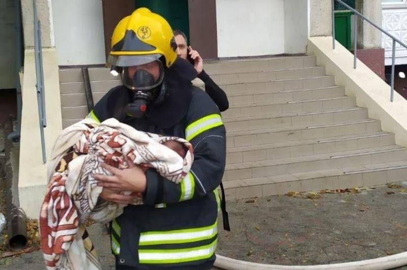 В Одесской области пожарные спасли новорожденную девочку «фото»