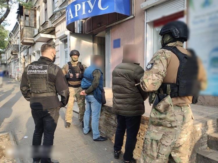 В Одессе задержали мошенников: они хотели украсть здание у налоговой (фото) «фото»