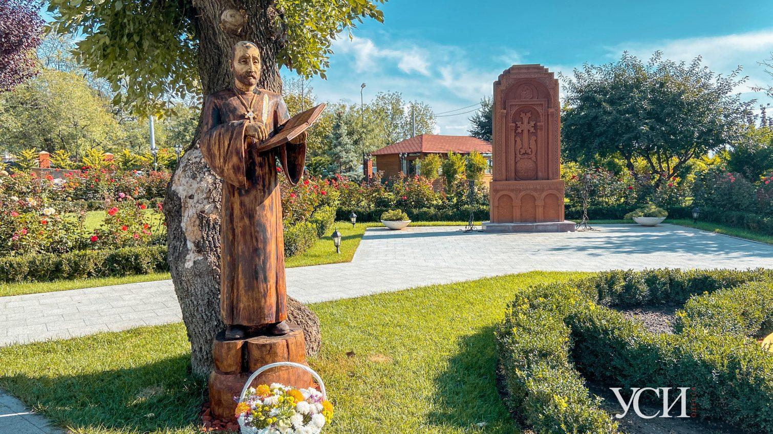 В Ереванском сквере установили деревянную скульптуру армянского композитора и священника (фото) «фото»