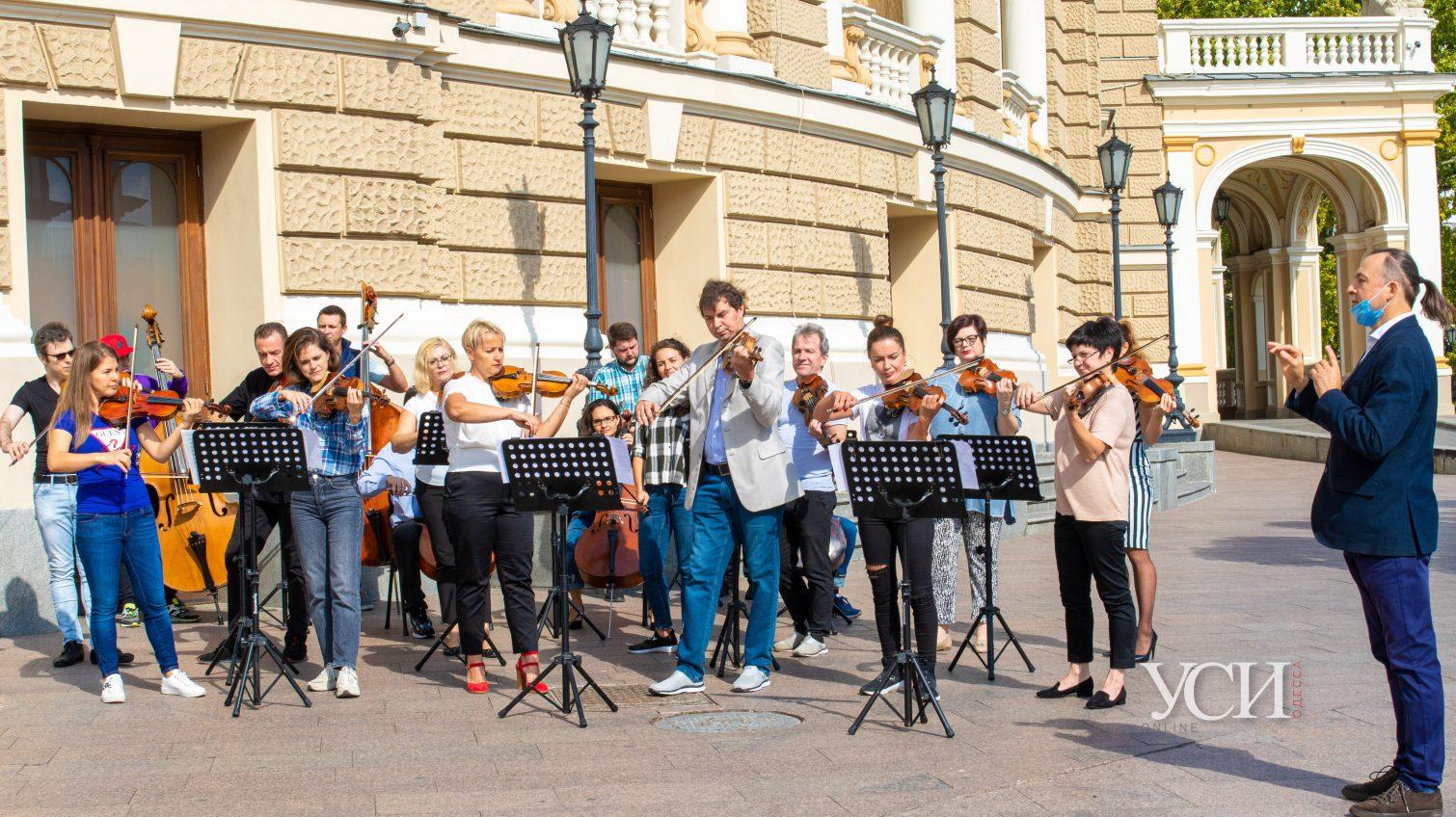 Одесскому Оперному исполнилось 133 года: артисты провели праздничный флешмоб (фоторепортаж) «фото»