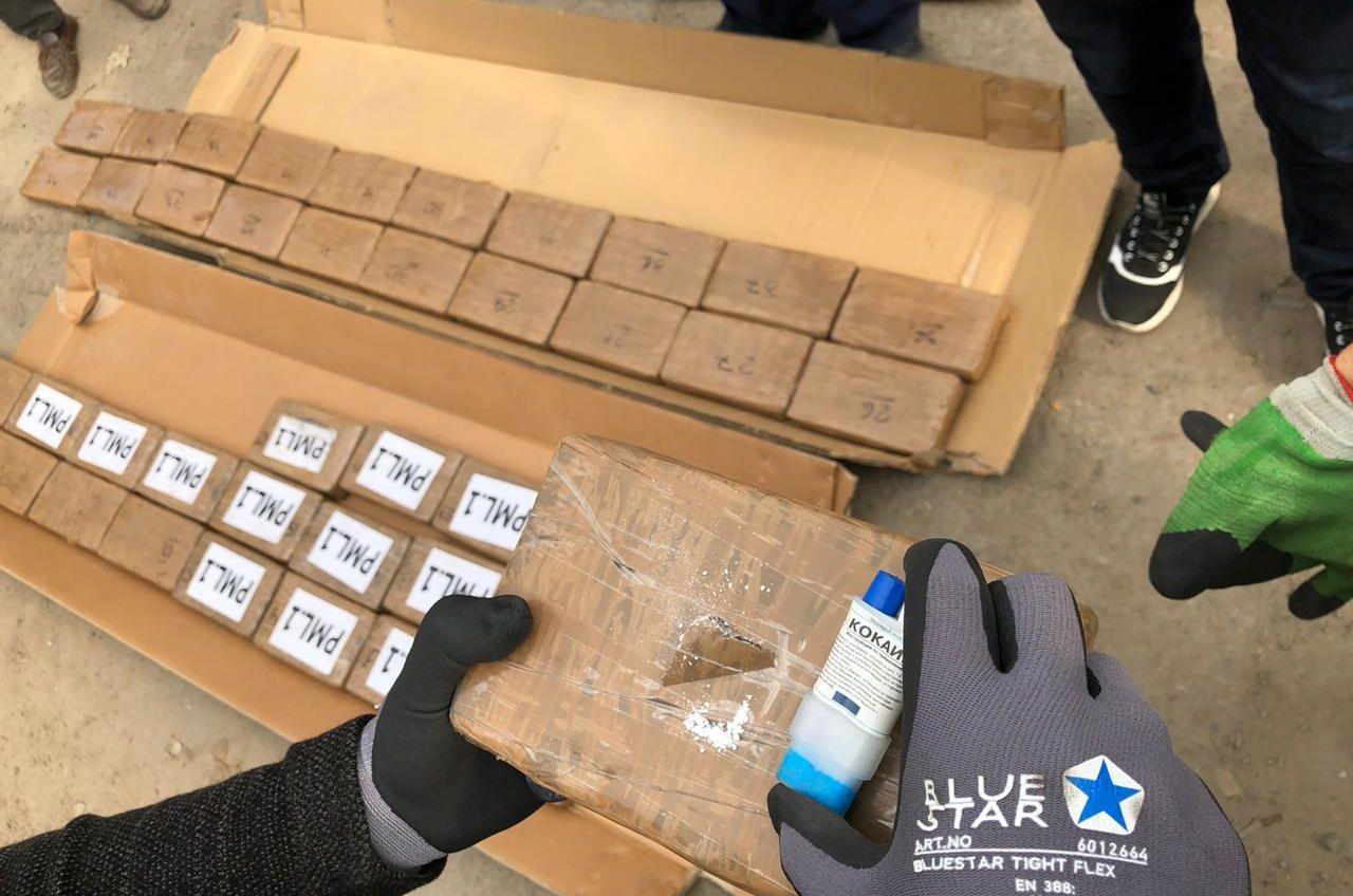 В Южном нашли 50 кило кокаина в грузе с бананами (фото) «фото»