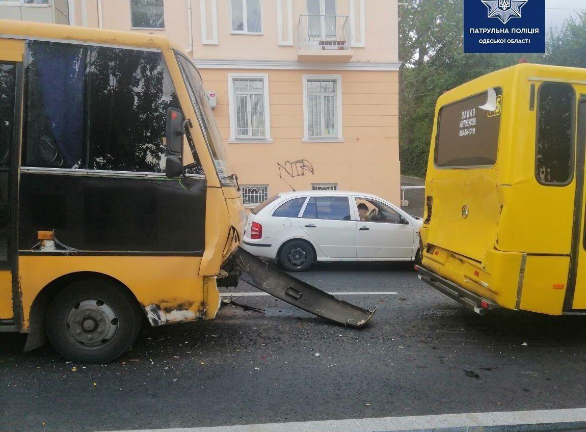 На спуске Маринеско столкнулись две маршрутки и легковушка: 5 человек в больнице (фото) «фото»