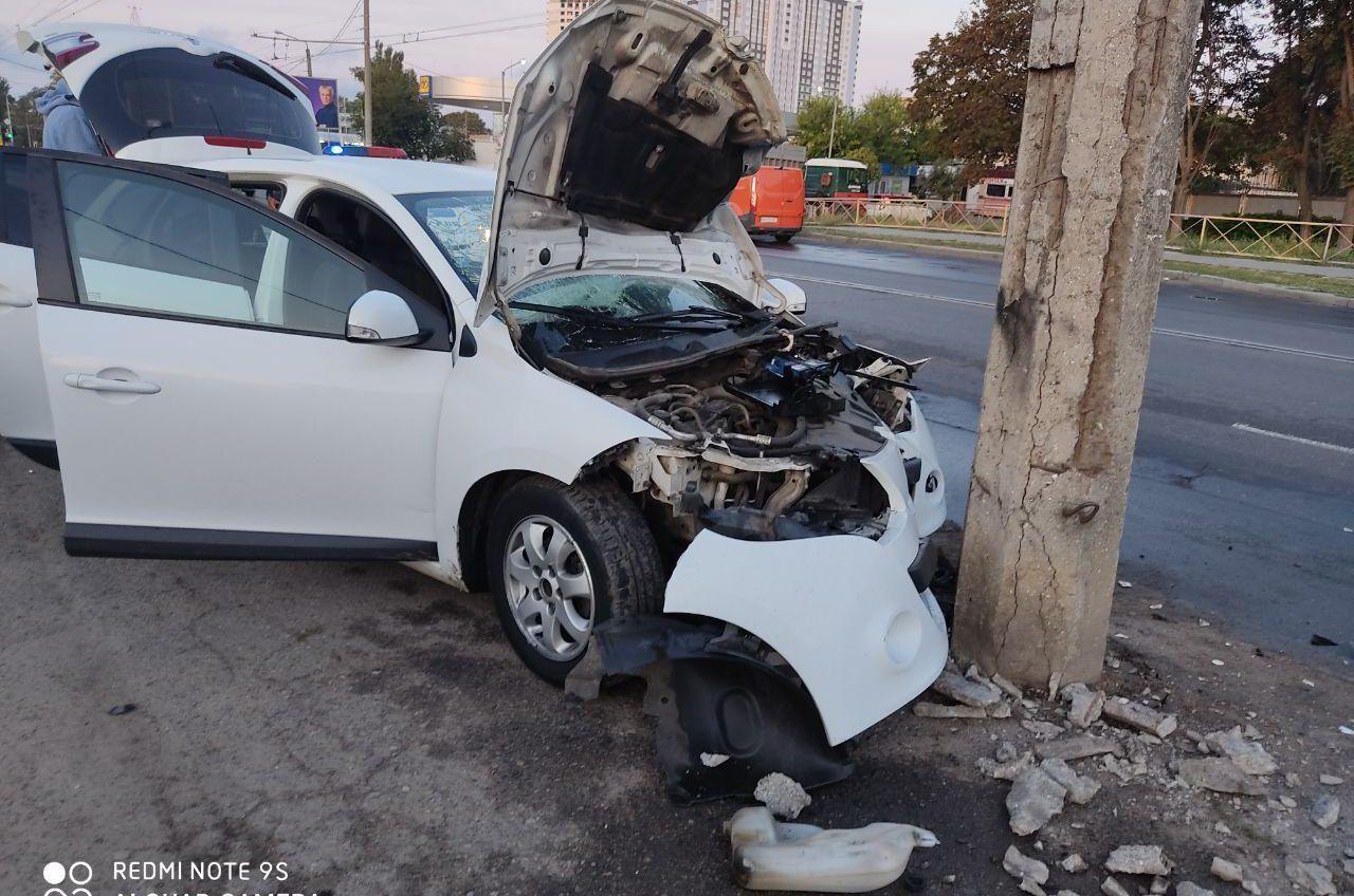 На Комарова 18-летний лихач врезался в столб — два человека в больнице (фото) «фото»
