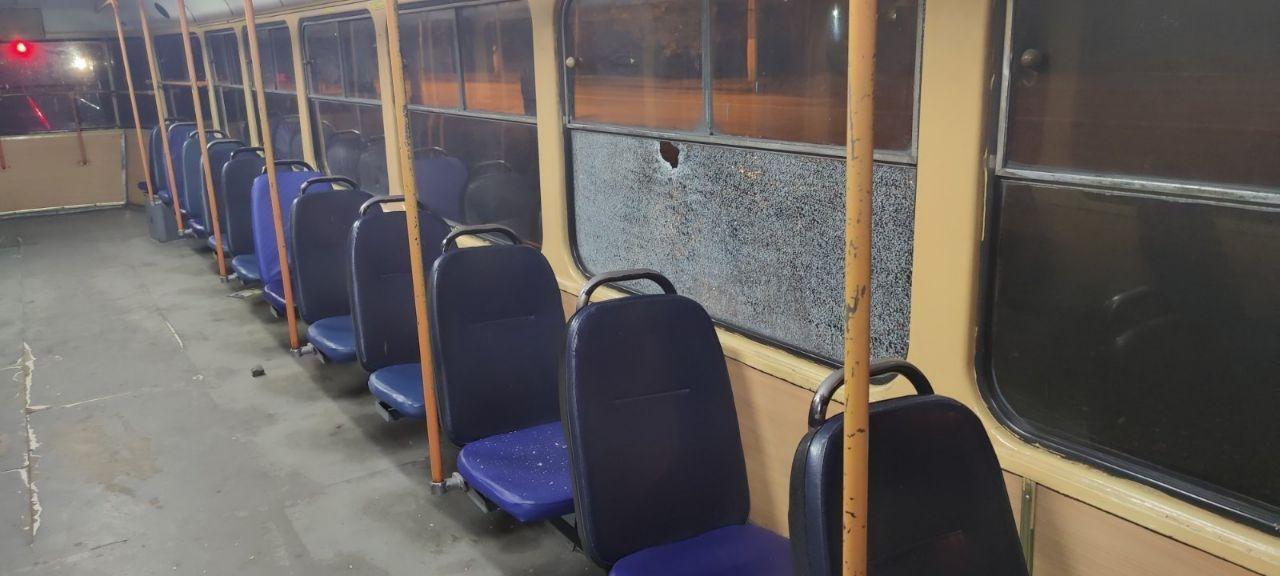 Никак не уймутся: на поселке Котовского вандалы разгромили два трамвая «фото»