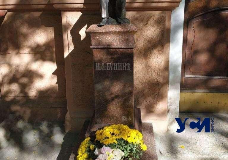В Одессе на новой скульптуре Бунину нашли опечатку 📷 «фото»