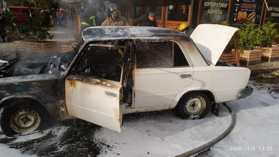 Днем рядом с кафе на Черемушках сгорели «Жигули» (фото, видео) «фото»