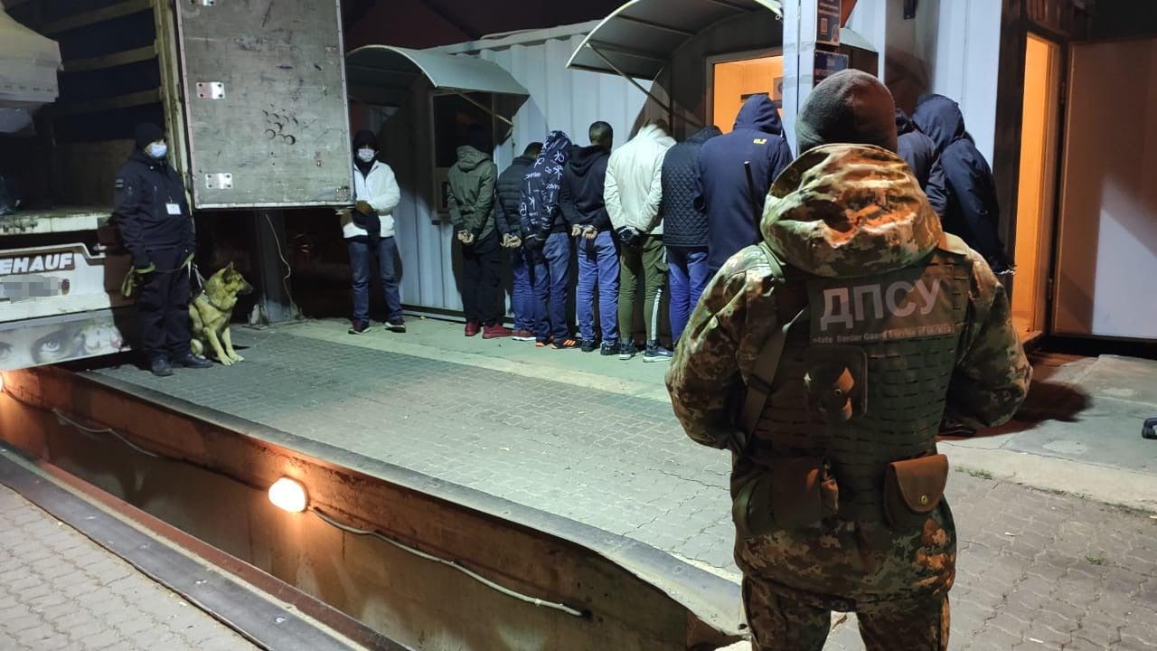 Из Черноморска в Германию пытались провезти 13 нелегалов (фото, видео) «фото»