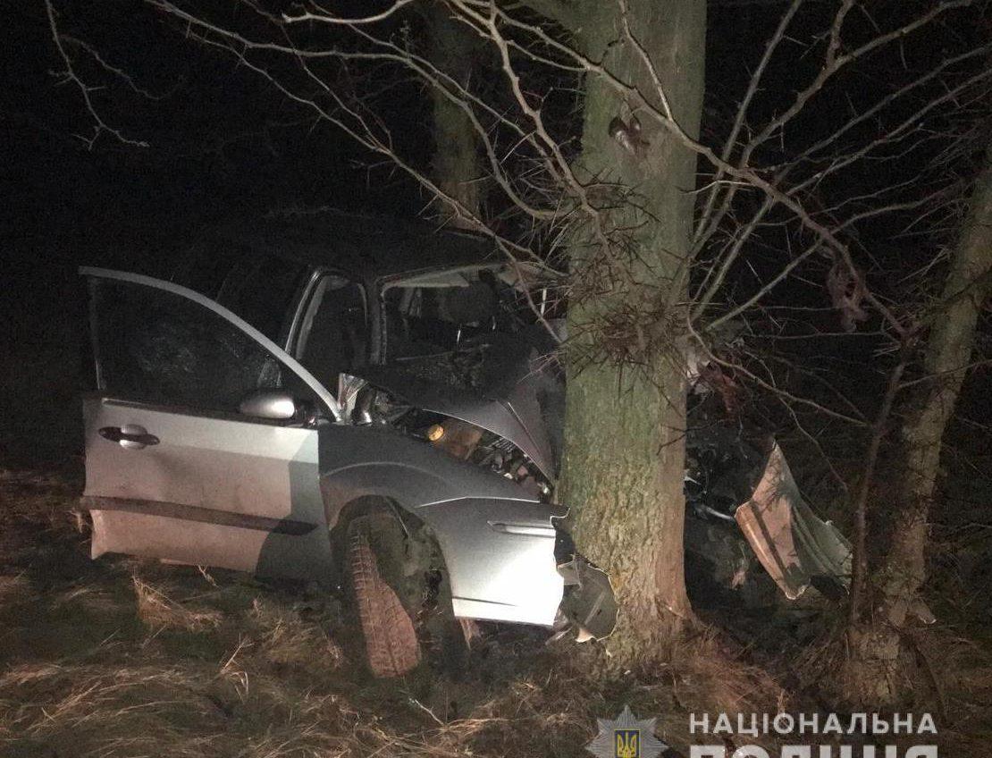 В Саратском районе легковушка врезалась в дерево: один погиб, трое – в больнице (фото) «фото»