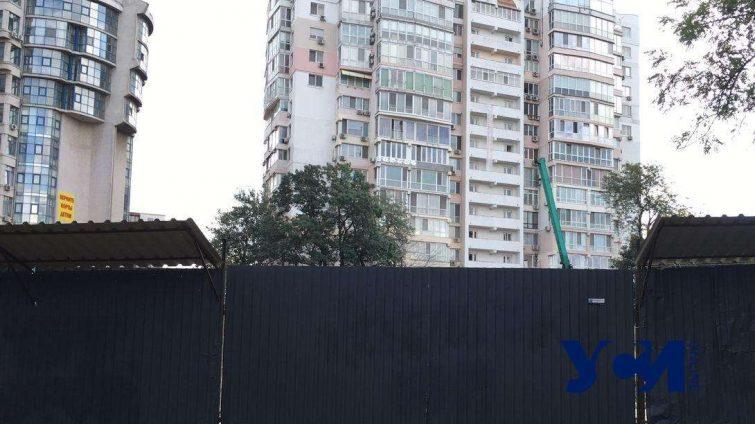 Суд снял арест с теннисных кортов, где ведется строительство высотных апартаментов «фото»