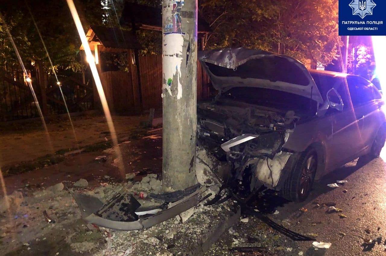 В Ванном переулке авто влетело в столб – пострадала 18-летняя девушка «фото»