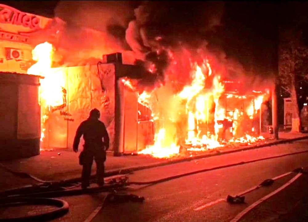 На Черемушках ночью сгорели 3 киоска (фото) «фото»