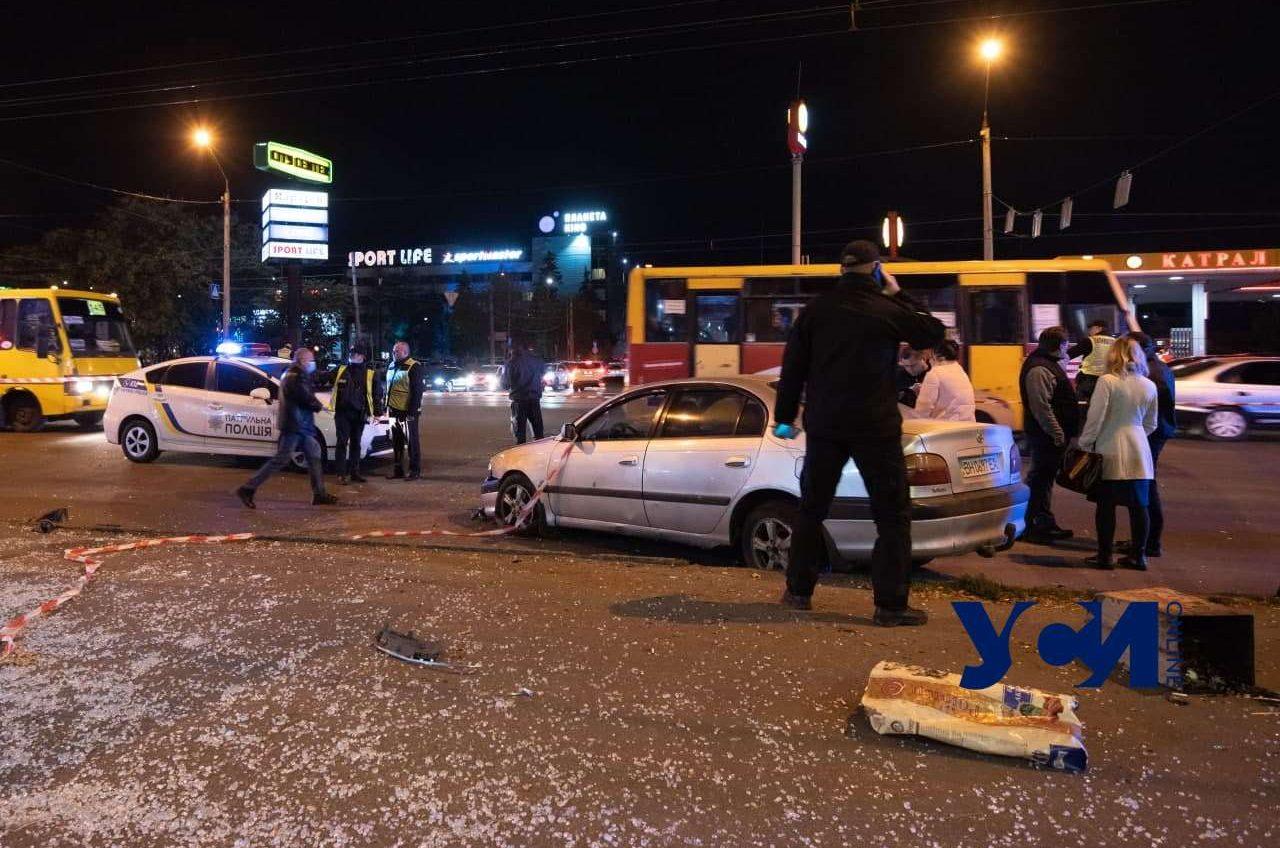 Машина сбила людей на остановке в Одессе: подозреваемого водителя задержали (видео) «фото»