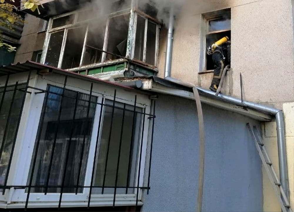 В Черноморске горел дом: пожарные спасли пожилую женщину (фото) «фото»