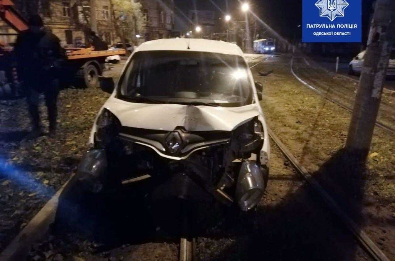 Пьяный водитель ночью сбил знак и заехал на рельсы у Старосенной (фото) «фото»