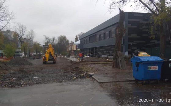 На Фонтанской дороге ради парковки незаконно спилили деревья и уничтожили газон «фото»