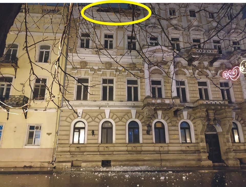 На Приморском бульваре со старинного дома Лерхе упал карниз (фото) «фото»