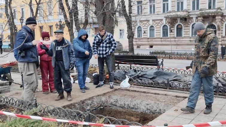 Остатки мостовой и артиллерийская платформа: что нашли археологи на Приморском бульваре (фото) «фото»