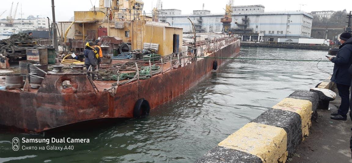 В Одесский порт доставили баржу, терпевшую бедствие (фото) «фото»