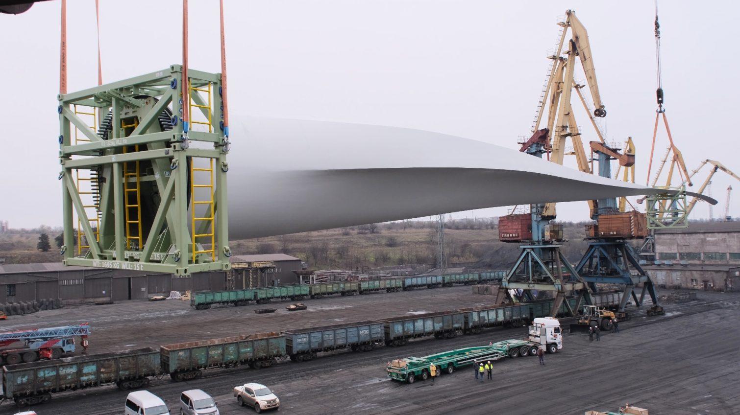 Гигантские лопасти ветряков разгрузили с судна в порту «Южный» (фото, видео) «фото»
