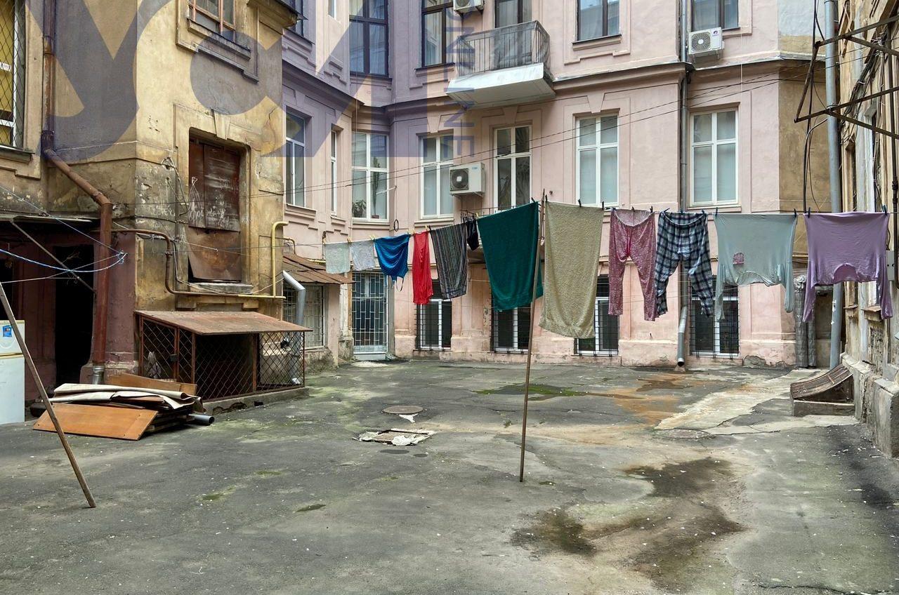 Двор памятника архитектуры в центре Одессы превратился в колодец (фото, видео) «фото»