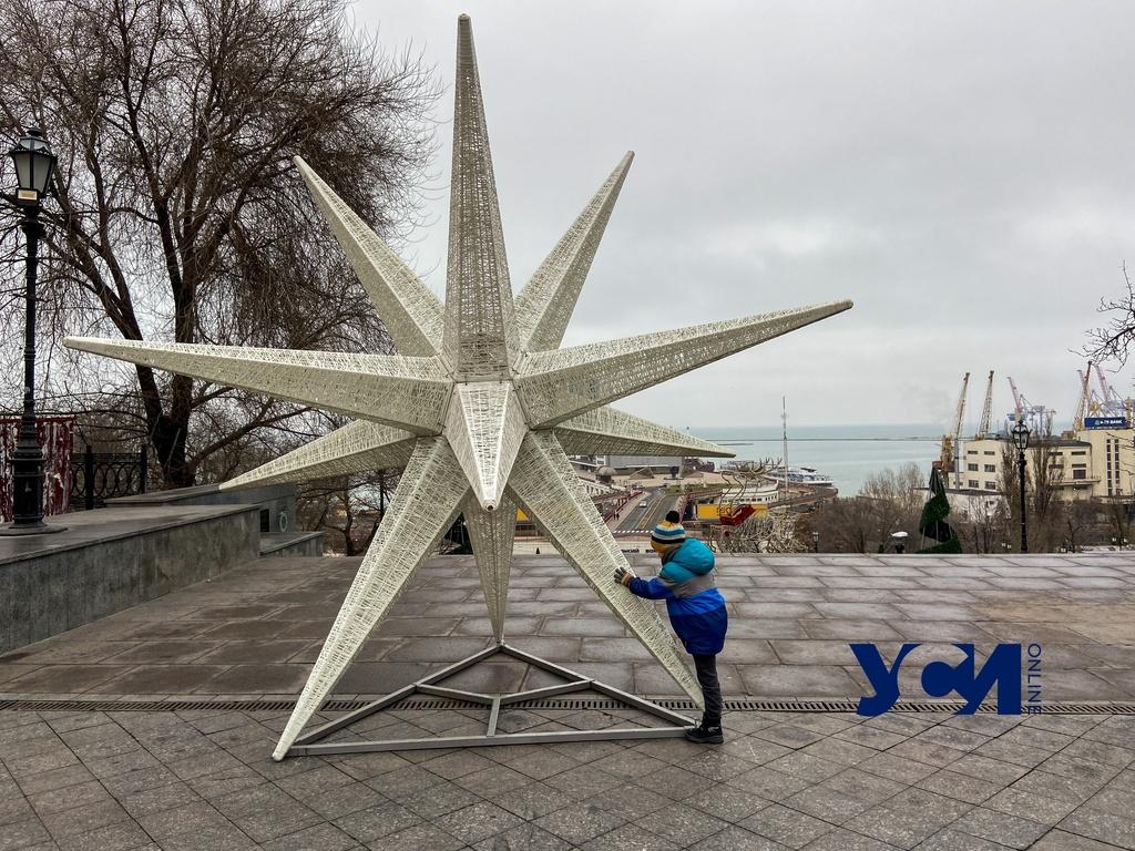 Горсад и Потемкинскую лестницу украсили к Новому году и Рождеству (фото) «фото»