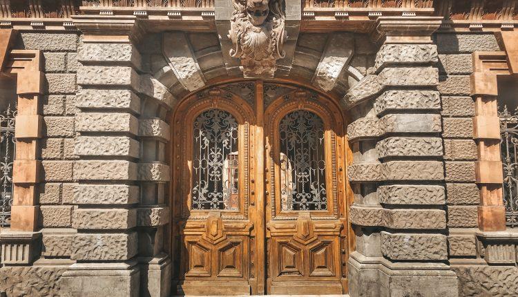 В горсовете откажутся от дальнейшей реставрации старинных дверей Одессы «фото»