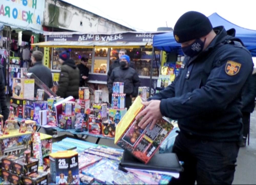 Пожарные нашли на рынках Одессы незаконную праздничную пиротехнику (фото, видео) «фото»