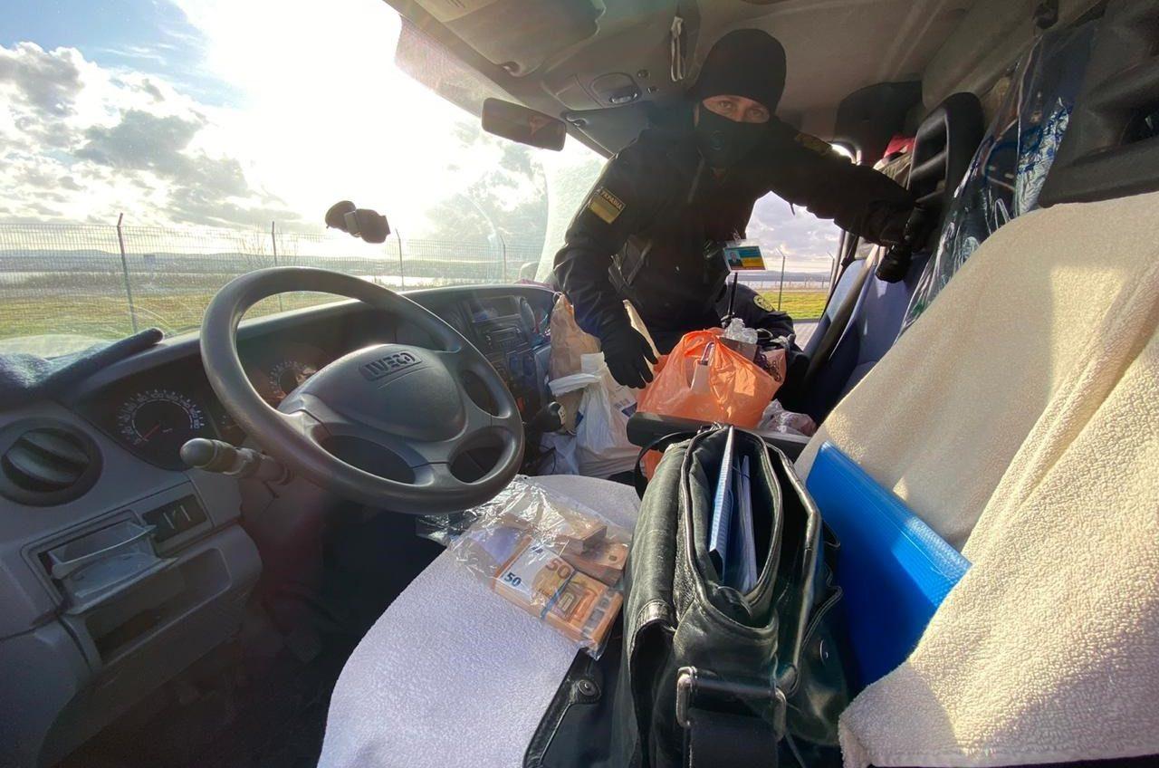 Дальнобойщик пытался вывезти в Болгарию более 33 тысяч евро (видео) «фото»