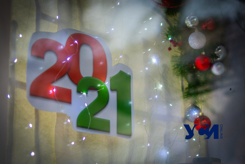 Новый год потихоньку добрался до одесских витрин (фото) «фото»