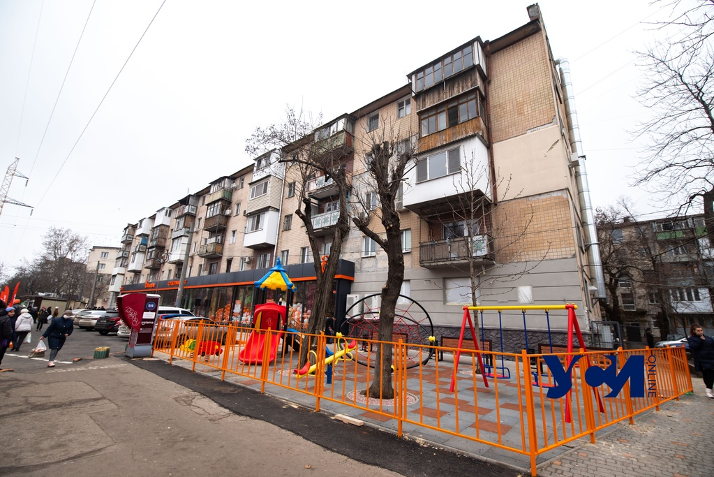 На Черемушках жильцы пытаются заставить магазин вернуть лунки деревьев на закатанной в асфальт территории (фото) «фото»