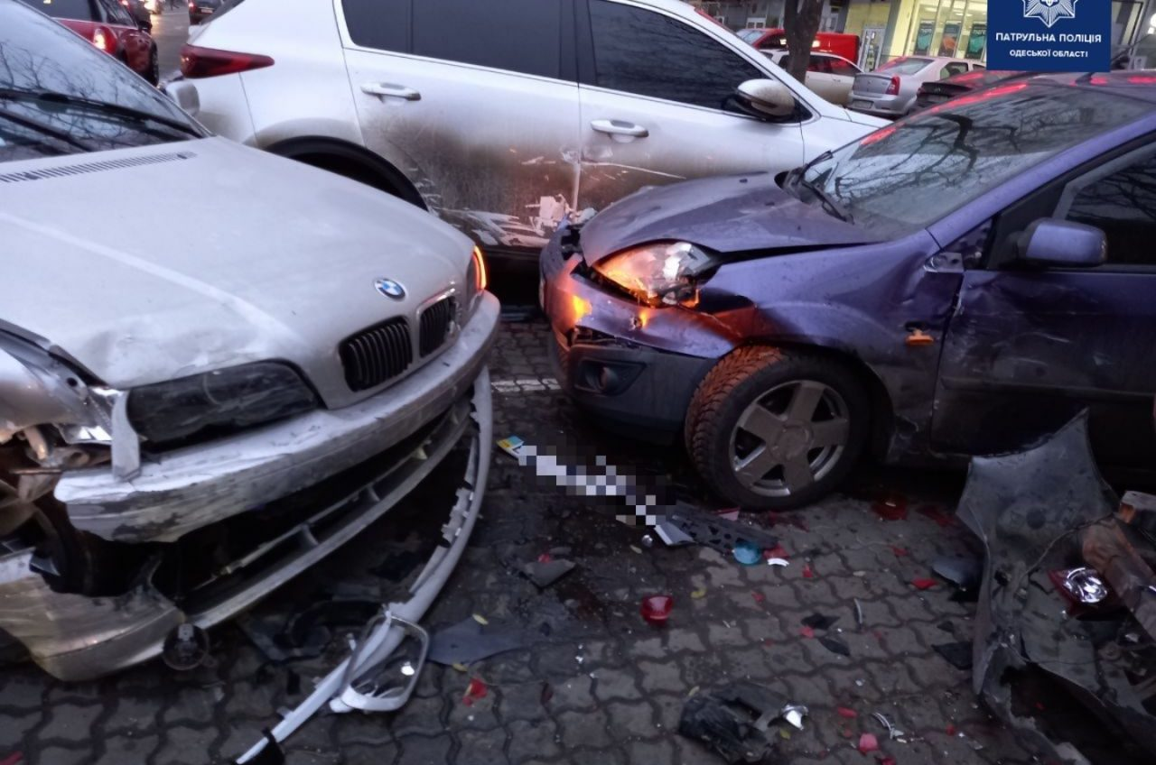 На Люстдорфской дороге авто разбило 4 припаркованных машины (фото) «фото»