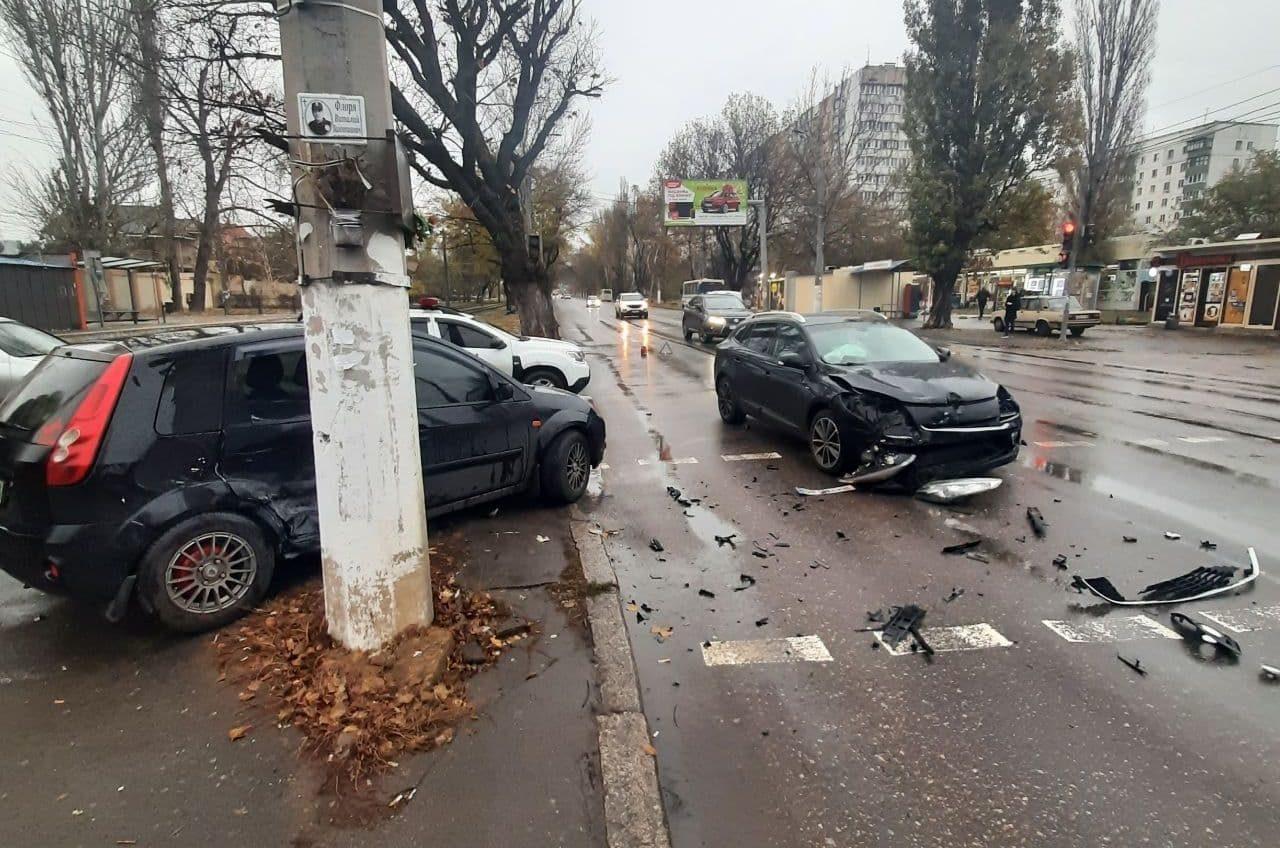 На Котовского во время ДТП легковушка отлетела на тротуар: пострадала водитель «фото»