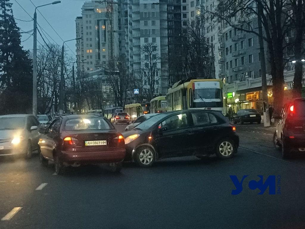 Из-за аварии на Генуэзской остановились трамваи (фото) «фото»
