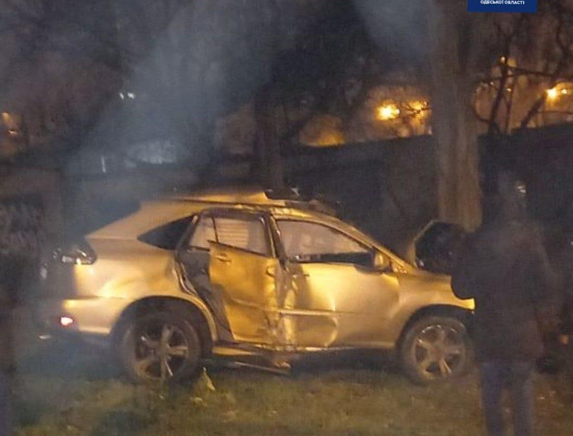 В Одессе водитель влетел в бетонный забор, а затем в дерево (фото) «фото»