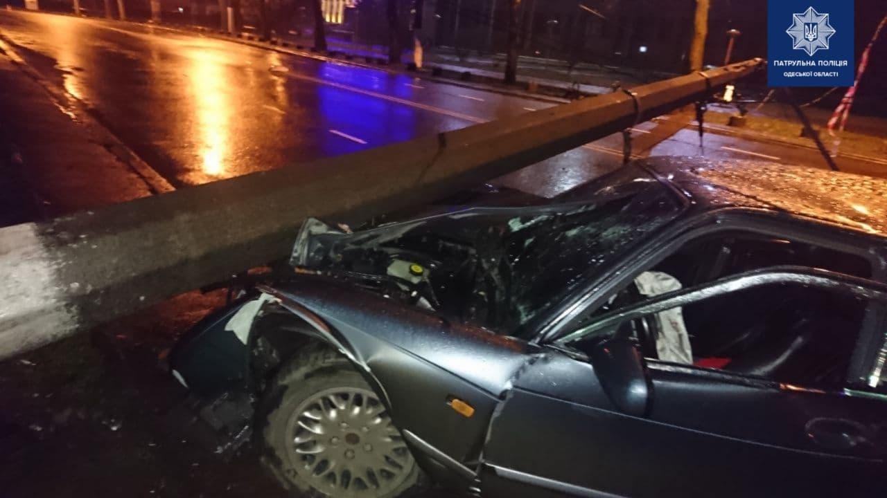 В Одессе Jaguar снес фонарный столб, который на него же и рухнул (фото) «фото»