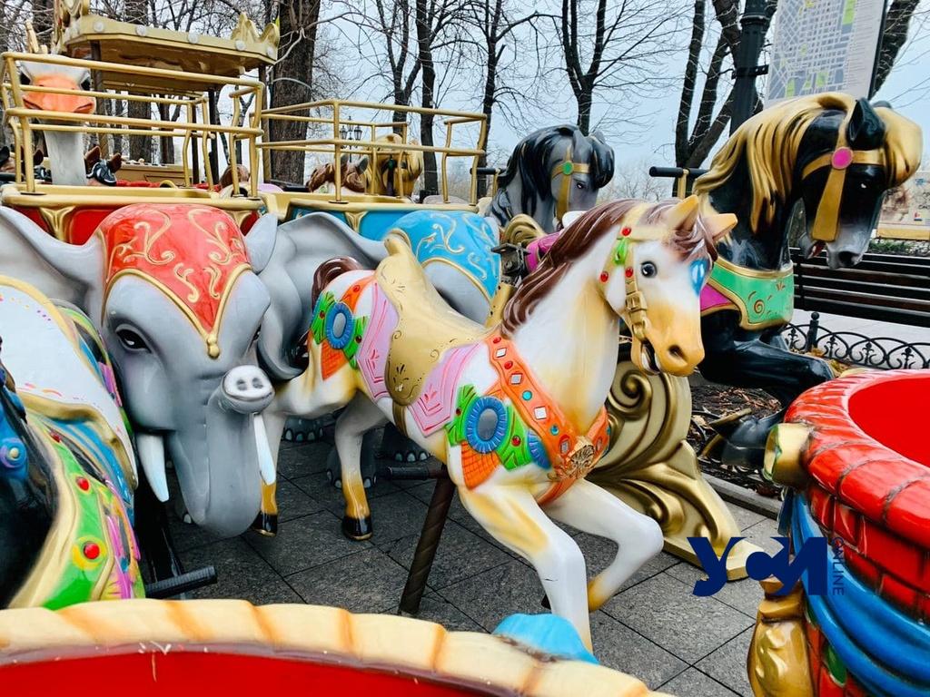 На Приморском бульваре устанавливают карусель и детский паровозик (фото) «фото»