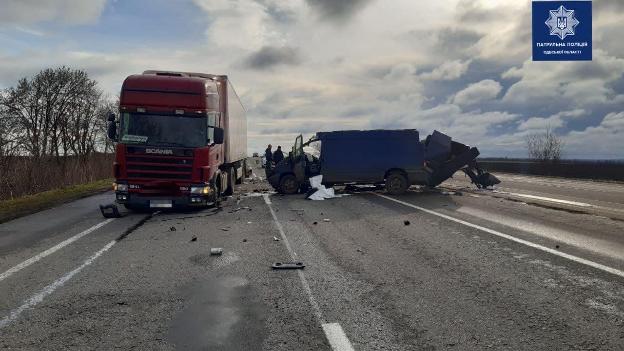 На трассе Киев – Одесса грузовик протаранил припаркованную фуру (фото) «фото»