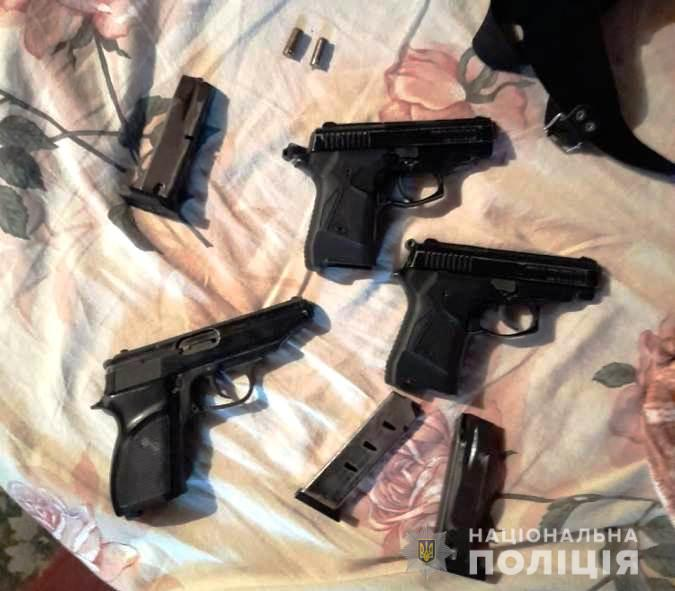 У жителя Белгорода-Днестровского нашли три пистолета и парник с «травой» (фото) «фото»