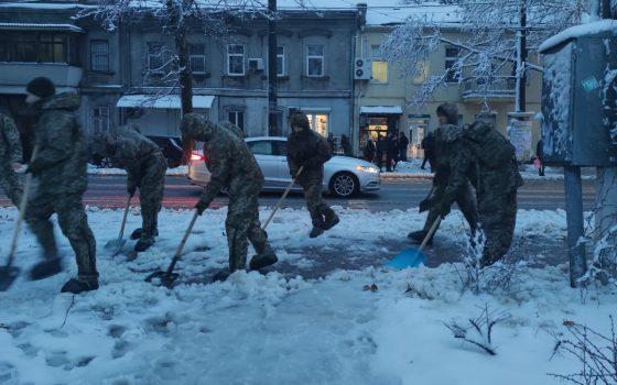 В Одессе курсанты-десантники помогают коммунальщикам справиться с непогодой (фото) «фото»