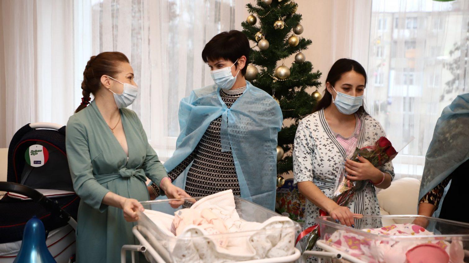 В Одессе первым новорожденным 2021 года подарили коляски (фото, видео) «фото»