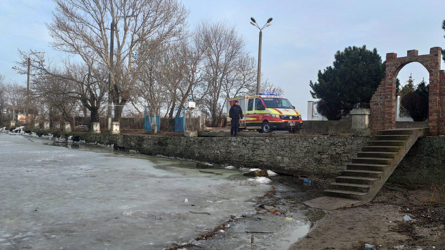 Опасная прогулка: в Аккермане 15 подростков гуляли по тонкому льду (фото) «фото»