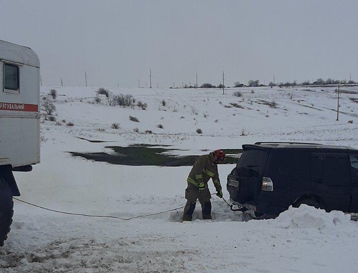 Последствия стихии: в Одесской области вытаскивали автомобиль из сугроба (фото) «фото»