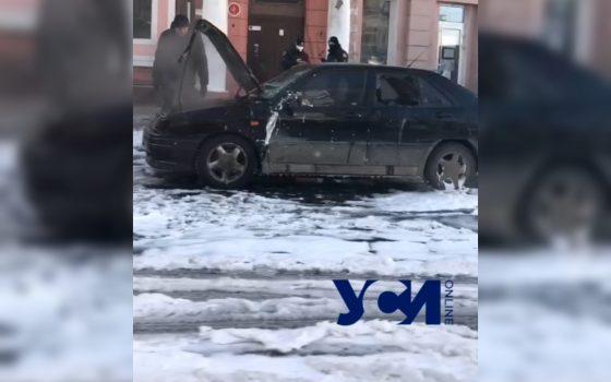 В центре Одессы загорелся автомобиль (видео) «фото»