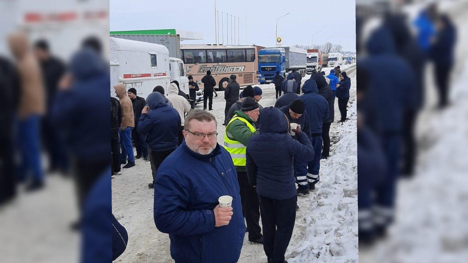 На трассе Киев-Одесса возле Любашевки собралось около 600 грузовиков (фото) «фото»