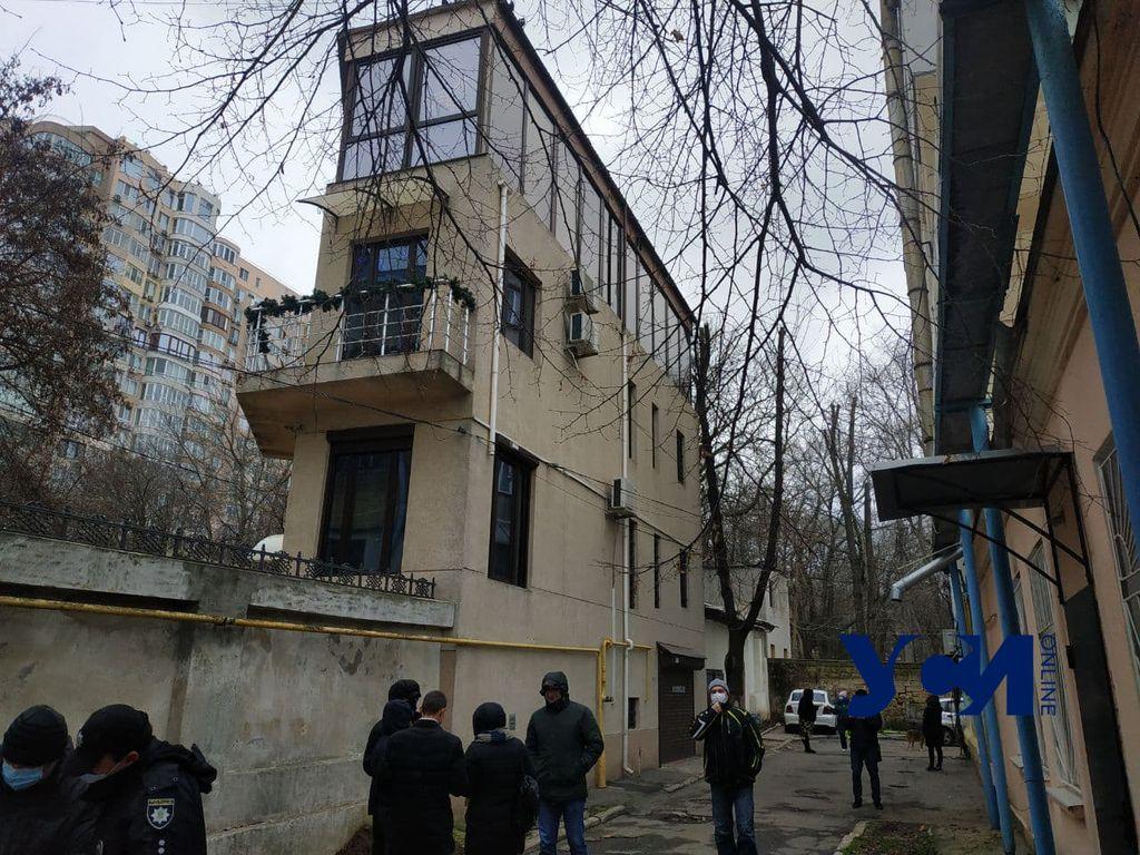 Местные жители улицы Черноморской пикетируют застройку их придомовой территории (фото) «фото»