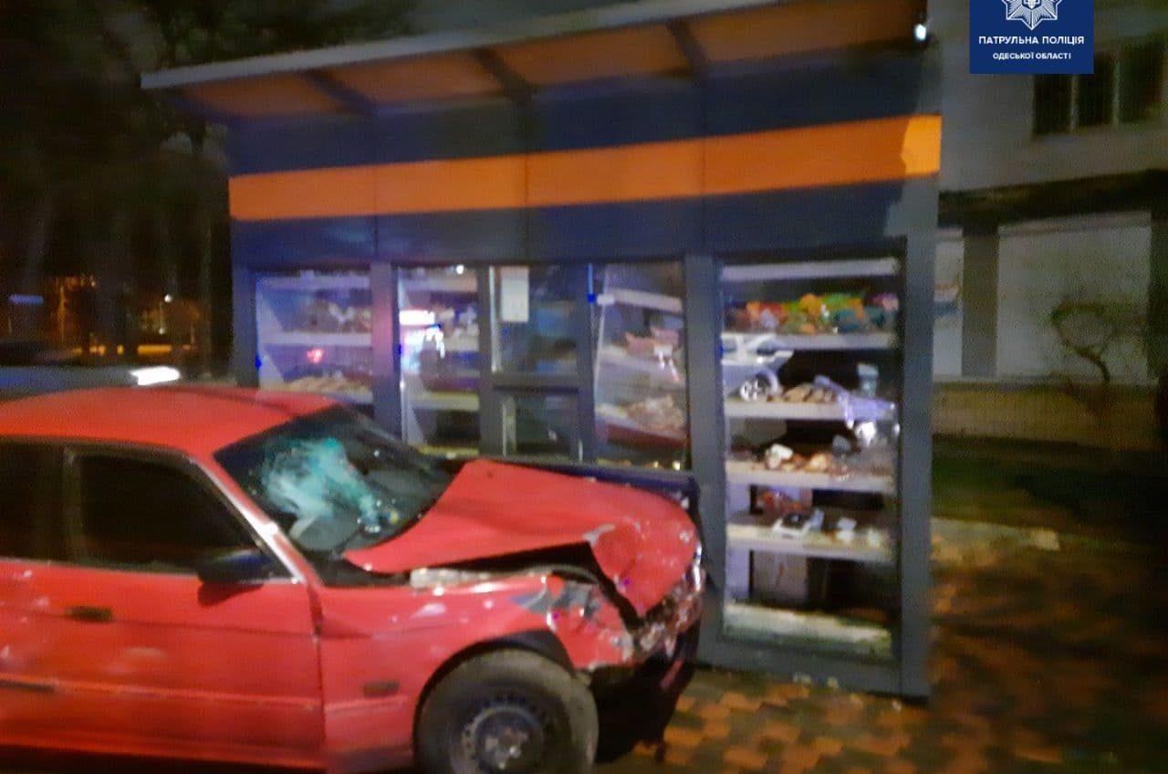 В Одессе из-за аварии на перекрестке машина влетела в МАФ (фото) «фото»
