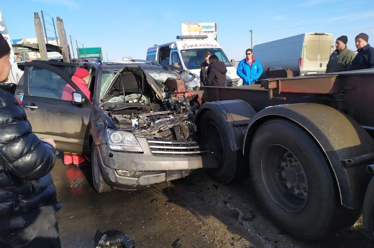 На трассе Одесса – Черноморск авто въехало в трейлер: пострадавшего достали спасатели (фото) Обновлено «фото»