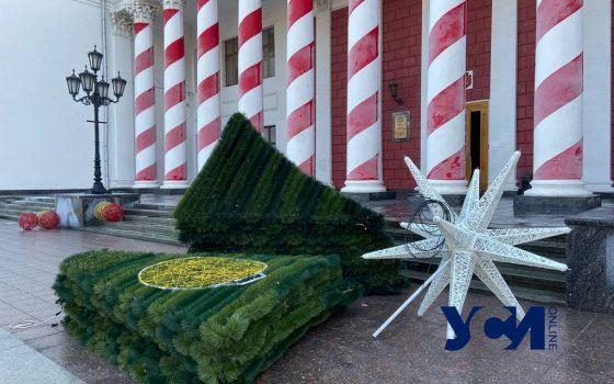 Новый год – все: в центре Одессы убирают праздничные декорации и елку (фото) «фото»